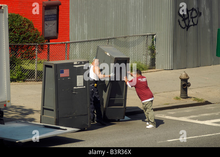 Workers for the New York City Board of Elections deliver voting machines - Stock Photo