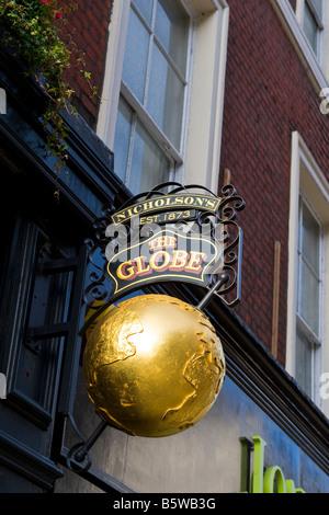 The City of London , Moorgate , traditional English pub , or public house , established 1873 , Nicholson's The Globe - Stock Photo
