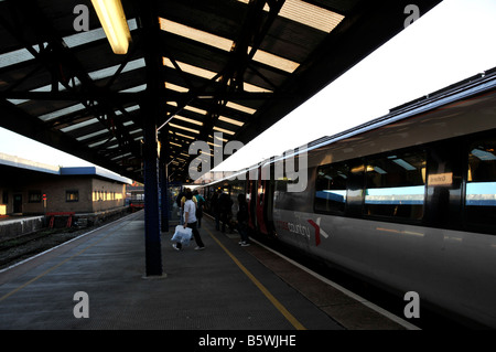 People stepping out from a cross country train in oxford railway station - Stock Photo