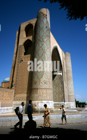 May 27, 2006 - Entrance gate (35m in height) of Bibi-Khanym Mosque in the Uzbek city of Samarkand. - Stock Photo