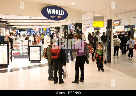 Shoppers at the World Duty Free shop, Departure lounge, Terminal 1, Heathrow airport, London - Stock Photo