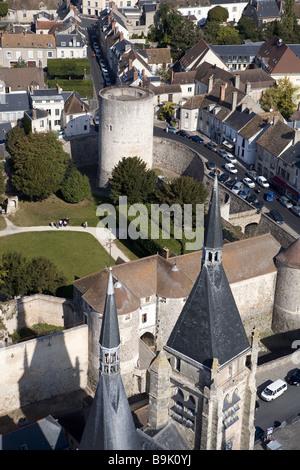France, Essonne, Chevreuse Valley, Dourdan village, donjon of the feudal castle (aerial view) - Stock Photo