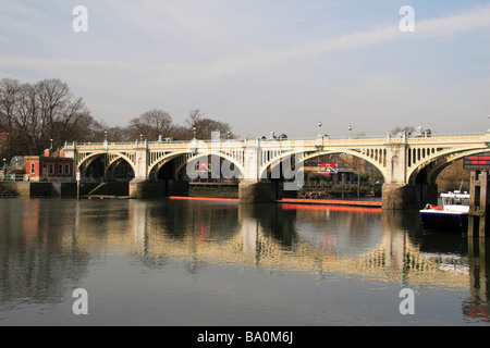 The footbridge over the River Thames beside the weir at Richmond Lock, England. - Stock Photo