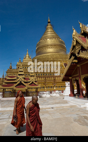 Myanmar (Burma), Mandalay Division, Bagan, Shwezigon Paya Pagoda of the 11th century, bonzes in front of the big - Stock Photo