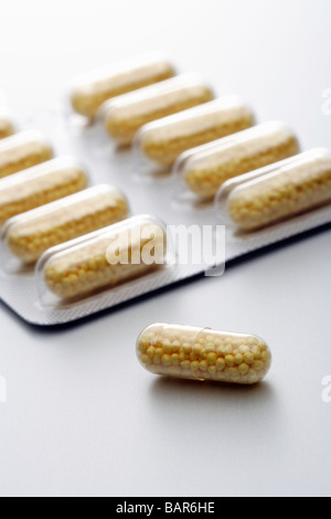 Tabletten auf neutralem Untergrund Tablets on neutral underground - Stock Photo