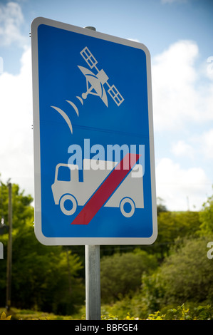 Sat Nav no entry for HGV trucks and lorries sign on a rural lane - warning drivers to ignore satnav and NOT use - Stock Photo