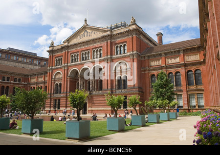 Victoria and Albert Museum London England The John Madejski Garden HOMER SYKES - Stock Photo