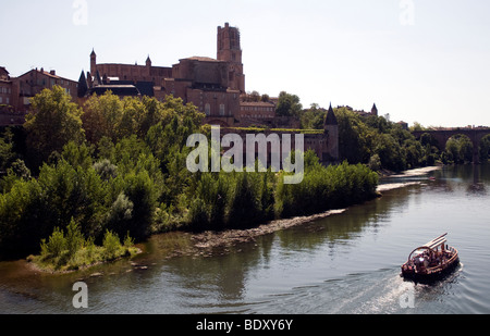 In Albi a view showing the city's vast Sainte-Cecile cathedral, the Toulouse-Lautrec museum beside it and the Tarn - Stock Photo