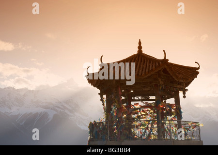 Buddhist stupa nr Deqin, Tibetan Border, Meili Snow Mountain peak background, Dequin, Shangri-La region, Yunnan - Stock Photo