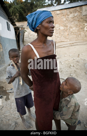 A woman suffering from TB with her children in Gonaives, Artibonite Department, Haiti - Stock Photo