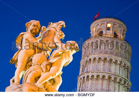 La Fontana dei Putti statue, and the Leaning Tower of Pisa, at night. Pisa, Tuscany, Italy. - Stock Photo