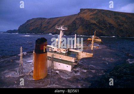 Stormy waves crash over its super-structure and funnel of the Liberian-registered MV Braer oil tanker, wrecked on - Stock Photo
