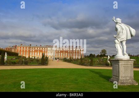 England, London. Hampton Court Palace and gardens - Stock Photo