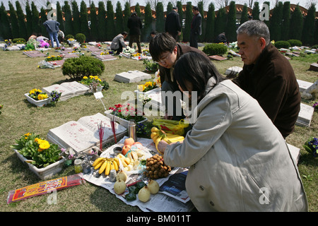 Fu Shou Yuan cemetery, cemetery during Ching Ming Festival, prayers for dead, ancestors, family offers food, wine, - Stock Photo