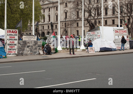 Anti-war protesters and the peace camp, Parliament Square, Westminster, London, England. - Stock Photo