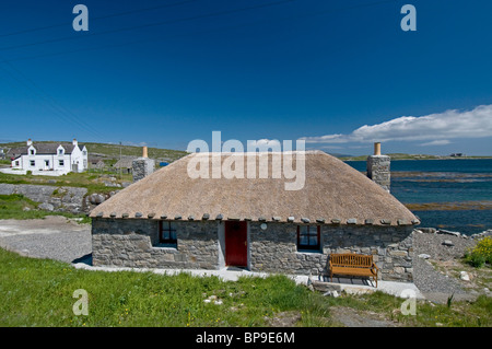 Traditional thatched cottage brought up to modern standards overlooks the Bay at Loch a Bhaigh, Brough. SCO 6356 - Stock Photo