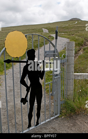 The path up to Barpa Langais ancient burial cairn on the Isle of North Uist, near Lochmaddy   SCO 6448 - Stock Photo