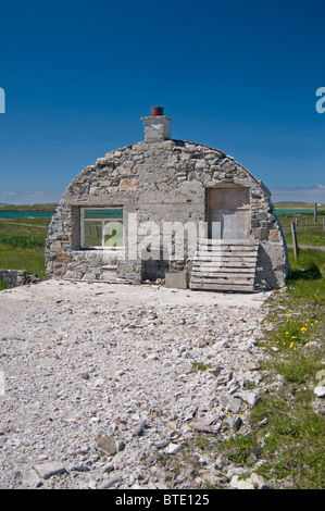 The recogniseable gable end remains of a Nissen hut, Isle of  Berneray, Outer Hebrides, Western Isles.  SCO 6921 - Stock Photo