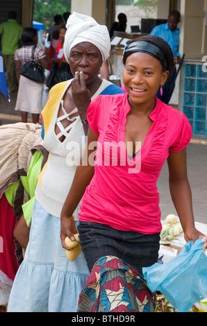Two stallholders at a street market in Bulawayo, Zimbabwe - Stock Photo