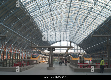 Passengers arrive on high-speed Eurostar trains on the Upper Level in St. Pancras station in London, England, UK. - Stock Photo