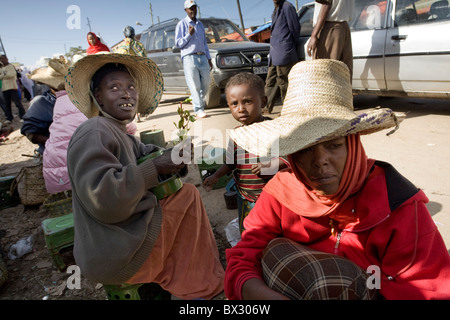 Woman with kid selling khat in Mercato, Addis Ababa - Stock Photo