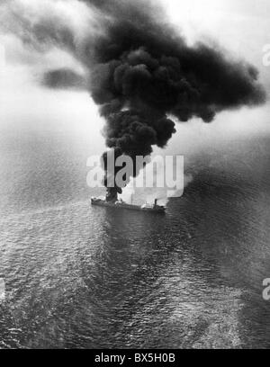 events, Second World War/WWII, war at sea, German U-boat warfare against the USA, burning ship a few miles off the - Stock Photo