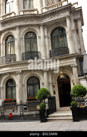 Gently angled aspect and main entrance to Les Ambassadeurs Club in Hamilton Place near Hyde Park Corner. - Stock Photo