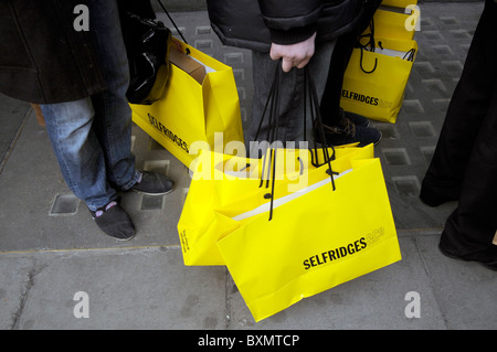 UK. SHOPPERS QUEUE FOR SALES OUTSIDE SELFRIDGES IN OXFORD ST. LONDON ON BOXING DAY - Stock Photo