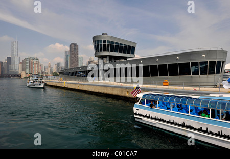 Excursion boats in front of Chicago Harbour Lock between Lake Michigan and the Chicago River, Chicago, Illinois - Stock Photo