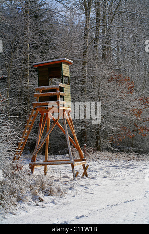 Hunting stand, raised blind, raised hide in winter - Stock Photo