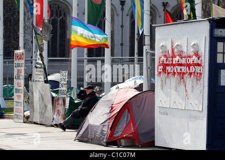 UK. PEACE ACTIVISTS CAMPING AT WESTMINSTER SQUARE IN FRONT OF PARLIAMENT IN LONDON - Stock Photo