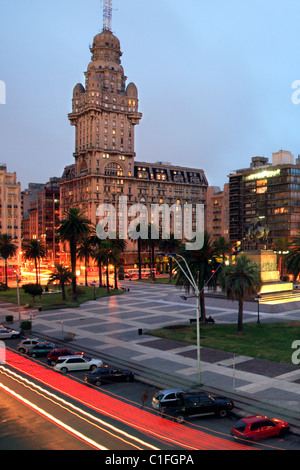 'Plaza Independencia' square, with Salvo palace at backgrpound. Montevideo, uruguay - Stock Photo