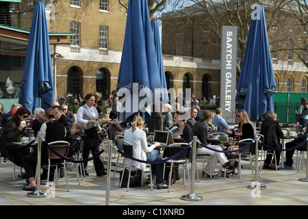 UK. PEOPLE EATING AT A RESTAURANT ON THE KING'S ROAD, CHELSEA, NEAR THE SAATCHI GALLERY IN  LONDON - Stock Photo