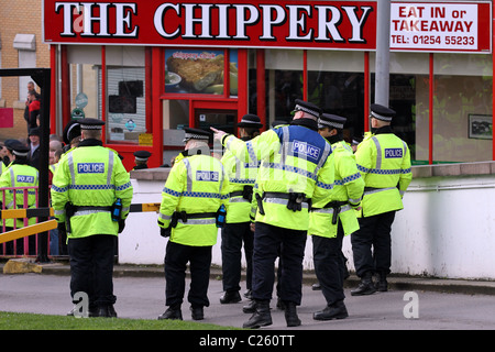 Eat in or Takeaway mobile catering trailer.  A Squad of Police in hi-vis jackets outside Chip Shop chippy. Policing - Stock Photo