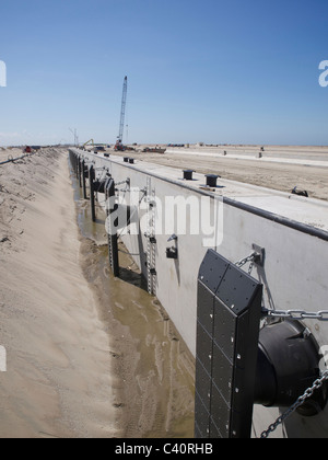 Newly built quay of the deep sea port expansion at Maasvlakte 2 in Rotterdam, the Netherlands. - Stock Photo