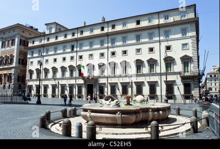 Palazzo Chigi and fountain in Piazza Colonna, Rome [...] - Stock Photo