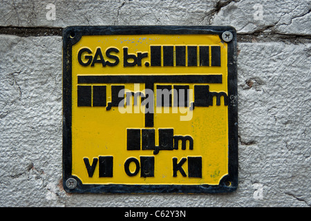 A Bosnian gas safety sign on a concrete brick wall - Stock Photo
