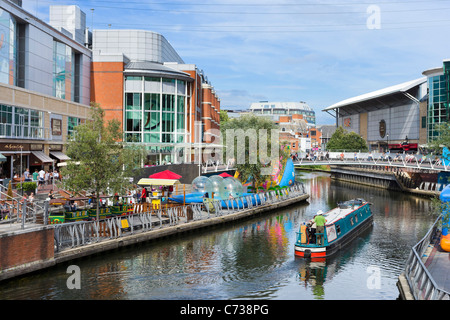 Shops and restaurants along the banks of the River Kennet in the Oracle Shopping Centre, Reading, Berkshire, England, - Stock Photo