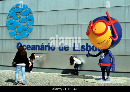 Portugal, Lisbon: Pupils and mascot Vasco in front of the main entrance of the Oceanarium of Lisbon - Stock Photo