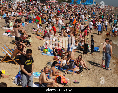 Southend, Essex, UK. Huge crowds gather under sunny blue skies on the beach at Southend on Sea to watch one of Europes - Stock Photo