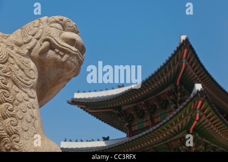 Korea, Seoul, Gyeongbokgung Palace, Haetae, a stone mythical creature infront of Gwanghwamun - the main gate - Stock Photo