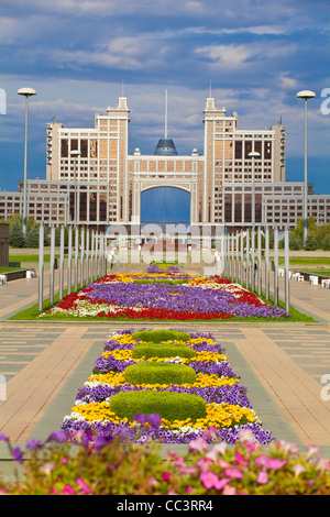 Kazakhstan, Astana, Nurzhol Bulvar - KazMunaiGas building home to the Oil and Gas Ministry, to the right is the - Stock Photo
