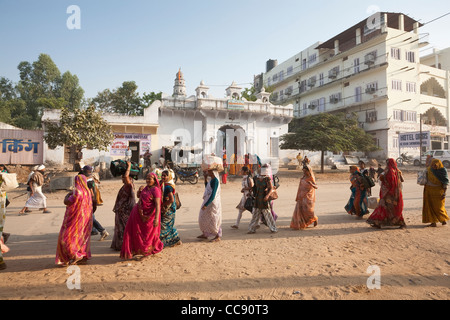 Group waiting near the Ajmer Bus Stand in Pushkar - Rajasthan, India - Stock Photo