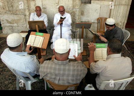 June 29, 2011 - Jerusalem, Jerusalem - Palestinians read Holy Koran inside the Al-Aqsa Mosque in Jerusalem's old - Stock Photo