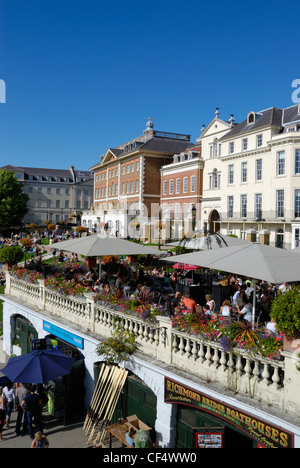 Summer visitors relaxing on the riverside terrace at Richmond upon Thames. - Stock Photo