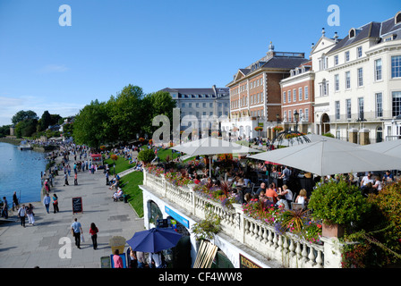 People enjoying the summer sunshine by the riverside at Richmond upon Thames. - Stock Photo