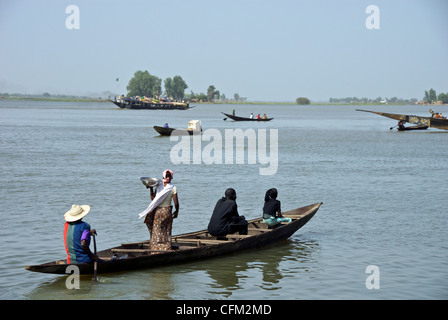 A ferry and locals on the Niger River in Mopti, Mali. - Stock Photo