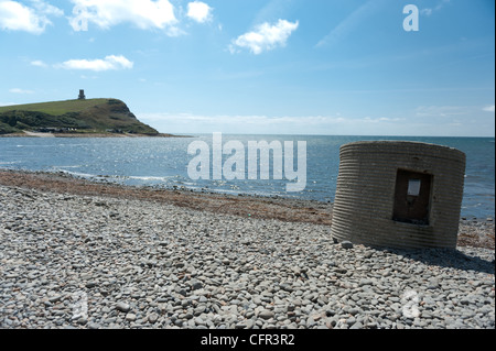Kimmeridge Bay in Dorset, with Clavell Tower on Hen Cliff in the distance. - Stock Photo