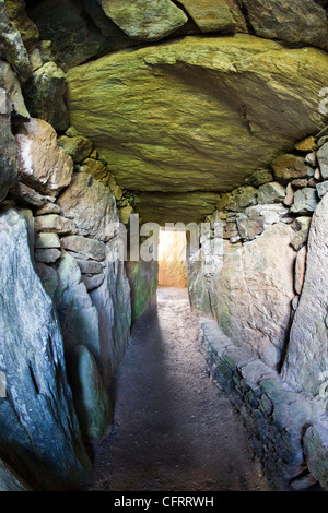 The passageway and chambers of Bryn Celli Ddu, a neolithic burial mound in Anglesey, North Wales - Stock Photo