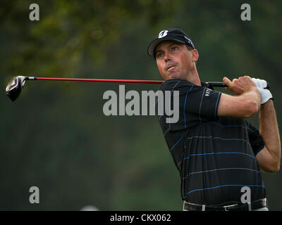 23rd Aug 2012. Bethpage, Famingdale, New York.   Matt Kuchar (USA) tee's off at the 10th hole during The Barclays - Stock Photo